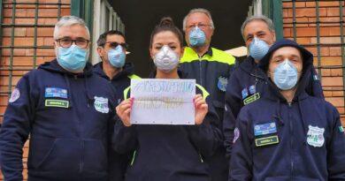 Foto di gruppo di alcuni volontari della protezione Civile Italiana