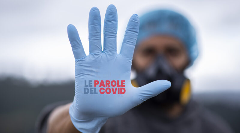 Dottore con mascherina e guanti che ha una mano aperta come se fosse un segnale di stop