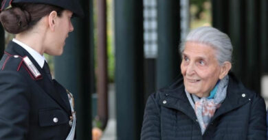 Immagine di un carabiniere con anziano