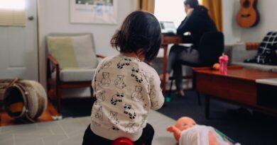 donna lavora bambino gioca