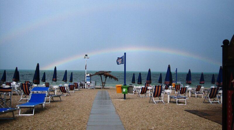stabilimento balneare con arcobaleno sullo sfondo