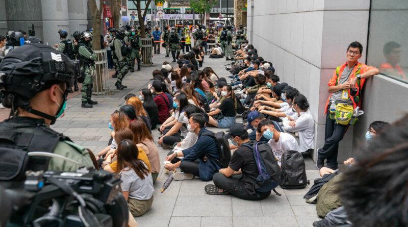 Studenti messi in stato di fermo dalla polizia di Hong Kong