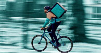 diritti e tutele dei riders: Rider mentre fa una consegna